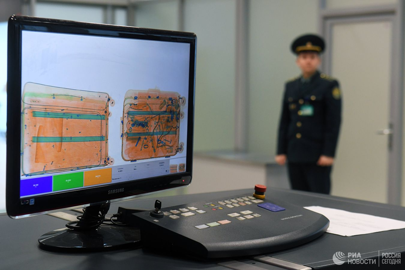 Монитор багажного сканера в зоне таможенного контроля международного а...