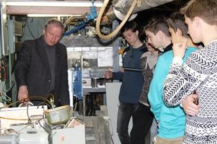 Евгений Вадимович Широков рассказывает ребятам о физике частиц